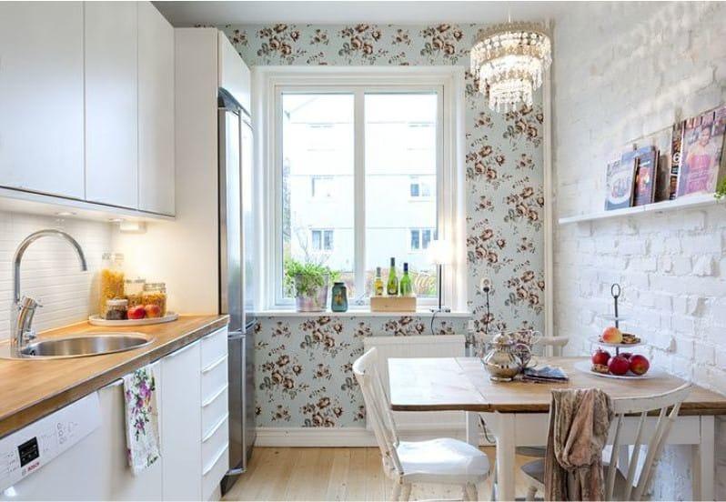 Дизайн кухни с белыми обоями 59