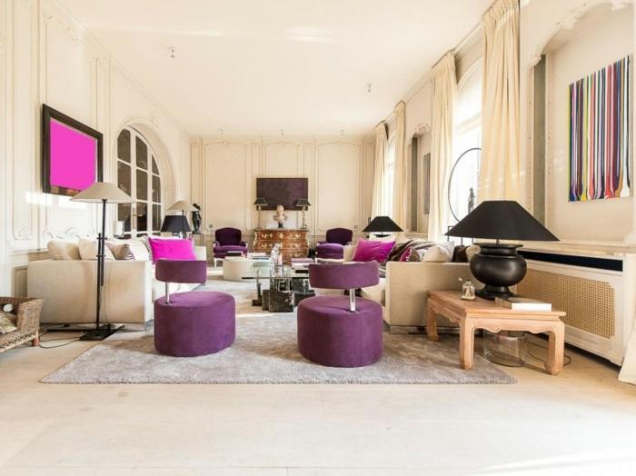 Klassische Einrichtung Des Wohnzimmers, Ergänzt Durch Helle Farben
