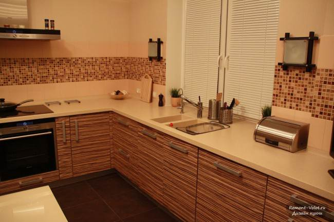 Küche mit einer Tischplatte in den Fensterbänken ...